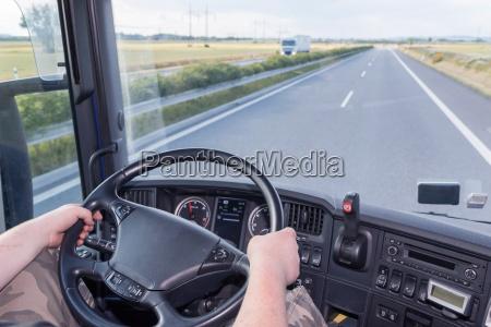 kore lastbil pa motorvejen