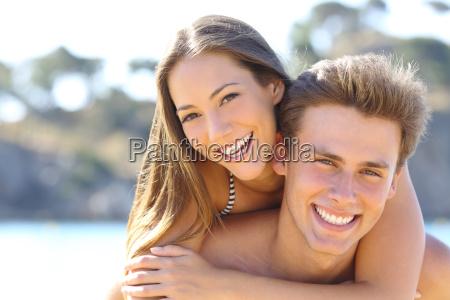 par med perfekte smil poserer pa