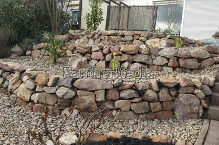 steingarten frischbepflanztpflanzenjunge