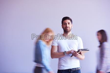 studerende der arbejder pa tablet folk
