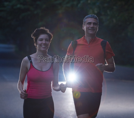 par jogging pa tidlig morgen