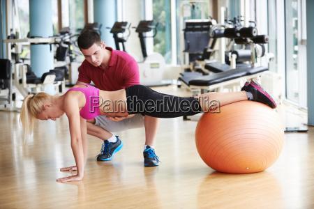 ung sporty kvinde med traener motion