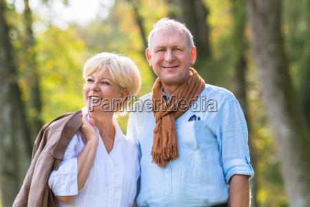 senior mand og kvinde holde hand
