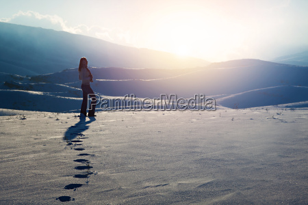 rejsende kvinde i bjergene