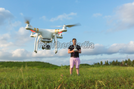 person med drone in field