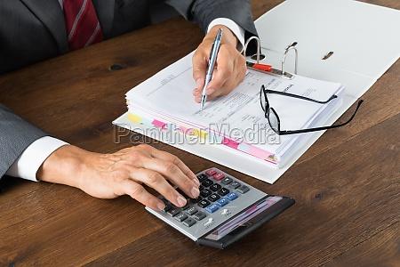 revisor kontrol faktura med lommeregner