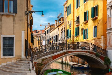 farverig lateral kanal og bro i