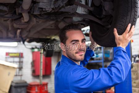 ung attraktiv mekaniker arbejder pa en