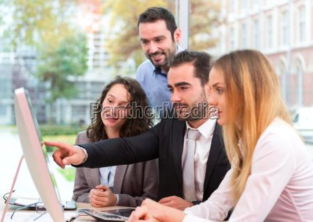 gruppe af forretningsfolk der arbejder sammen