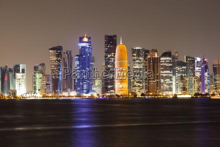 doha city skyline om nattenqatar