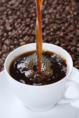 haeldning af varm kaffe i kaffekoppen