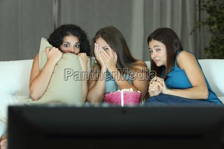 piger ser en terror film pa