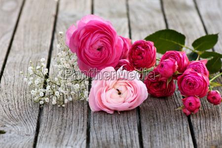 romantisk buket med lyserode roser