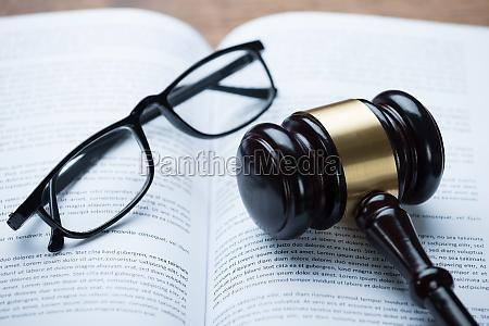 kolle og briller pa aben juridisk