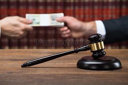 hammeren pa bordet med dommeren tager