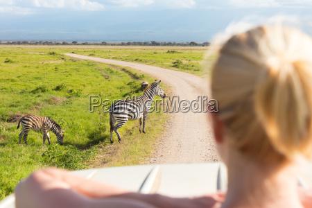 kvinde pa afrikansk wildlife safari