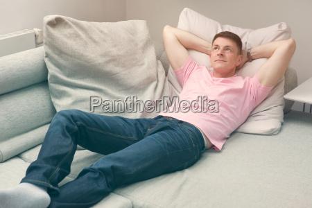 hombre tumbado en el sofa