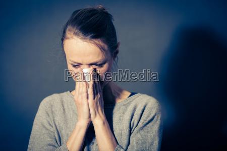 ung kvinde der lider af alvorlig