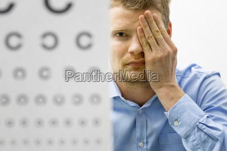 kontrol af synet mandlig patient under