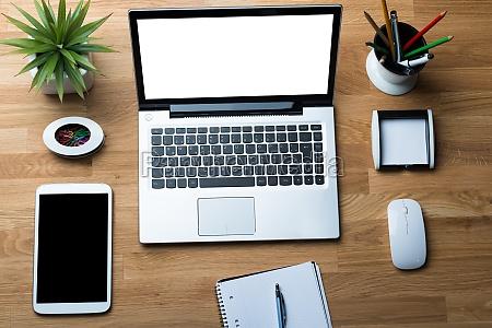 teknologier med kontorforsyning pa skrivebord