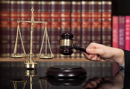 lov slaende retfaerdighed advokat dommer domme