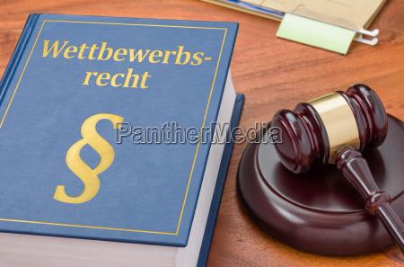 retsregler med dommernes hammer konkurrenceregler