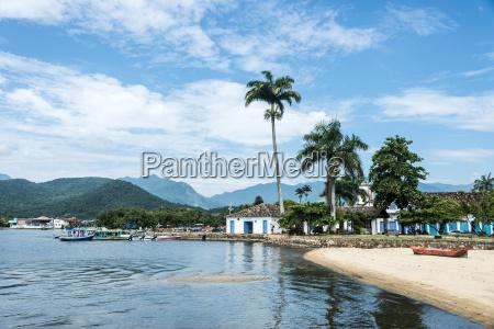 turistbade venter pa turister i paraty