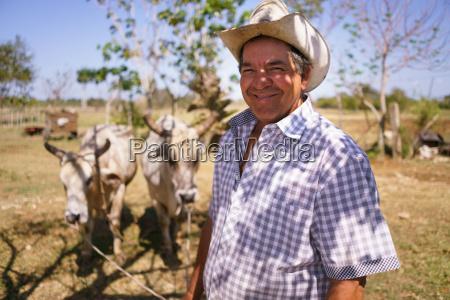 portrait happy man landwirt bei der