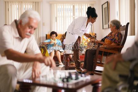 hospice doctor maling blodtryk til senior