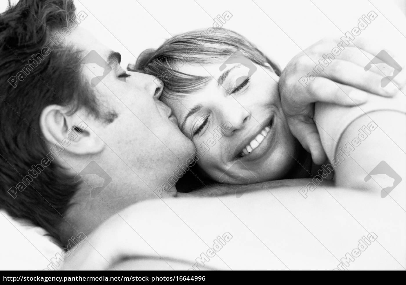 par, omfavner, mand, kysse, kvindens, pande, kvindens, øjne - 16644996