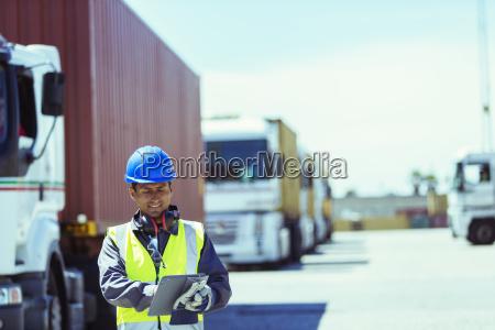 worker ved hjaelp af digital tablet