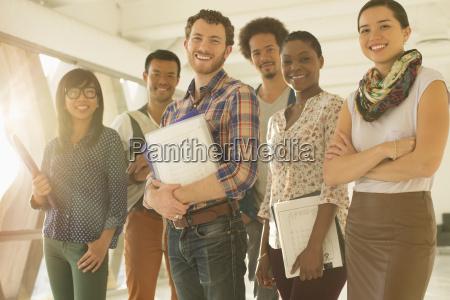 portraet af glade kreative forretningsfolk
