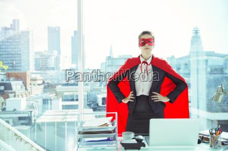 forretningskvinde ifort kappe og maske i