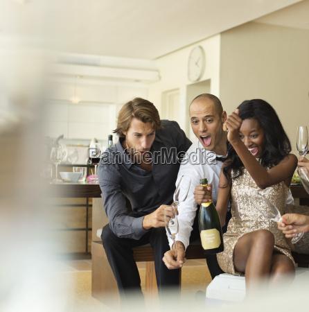 venner abning flaske champagne sammen