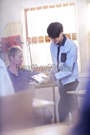 studerende praktiserer gor medicinsk skinne i
