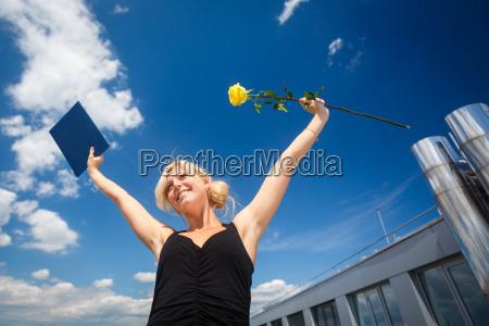 smuk ung kvinde fejrer glaede hendes