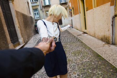 italien verona glad blond kvinde holde