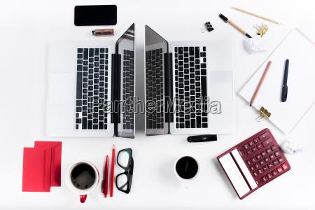 kvinde telefon glas baeger drikkeglas kontor