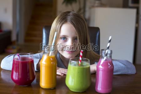 portræt, af, smilende, pige, der, sad, ved - 17402578