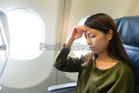 kvinde lider af hovedpine inde i
