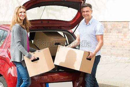 par saette cardboard box in car