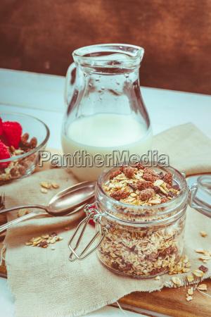 granola i en krukke med frugt