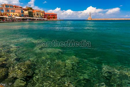 gammel havn pa solrig dag chania