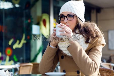 portraet af unge smukke kvinde drikker