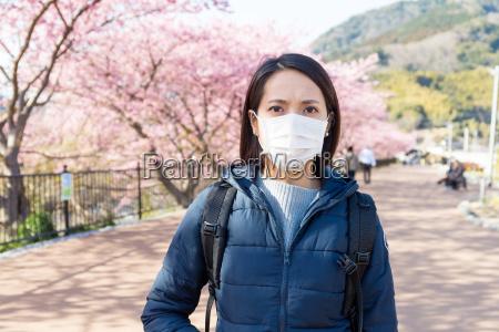 kvinde lider af pollenallergi