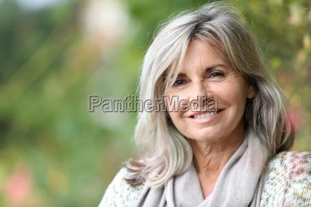 portraet af serene modne kvinde i