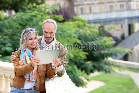 senior turister soger information om tablet