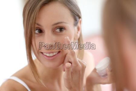 attraktive pige saette anti aging creme