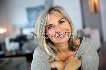 portraet af attraktiv og rolig moden