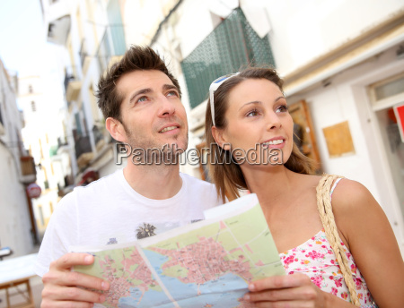 par turister besoger byens gade i